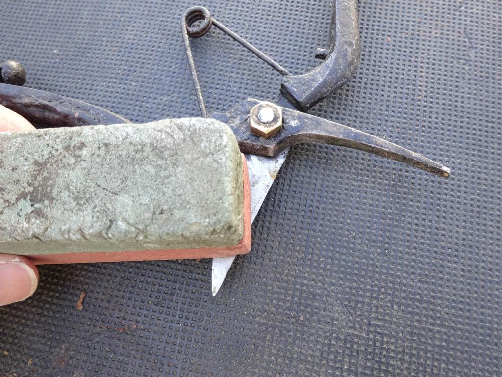 剪定ばさみを研ぐ砥石